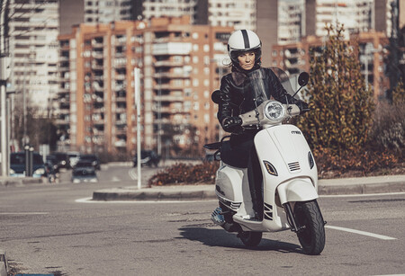 El MITT 125 RT repite como scooter sin carnet de 9 CV, estrena luces LED y cuesta 1.795 euros