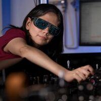 Crean un nanomaterial que convierte gafas normales en gafas de visión nocturna: capta y convierte la luz infrarroja en visible