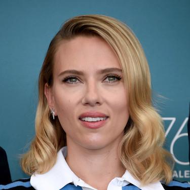 Scarlett Johansson apuesta por el top crop a su llegada al Festival de Venecia 2019, pero no supera a Laura Dern