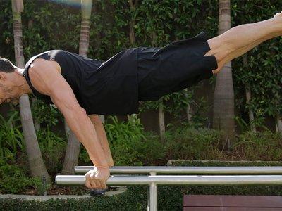 Cinco ejercicios con barras paralelas para trabajar con tu propio peso desde casa