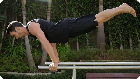 Cinco ejercicios con barras paralelas que puedes realizar desde casa - Barras de ejercicio para casa ...