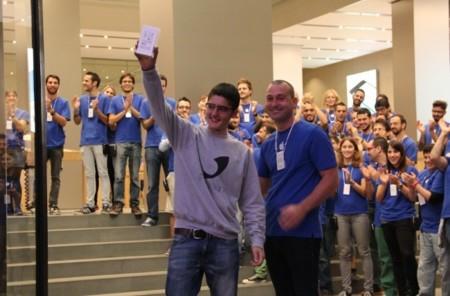 Dos iPhones, dos preferencias, pero una misma ilusión: así ha sido el lanzamiento de los nuevos iPhone en Barcelona