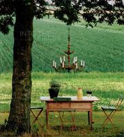 La clásica y elegante lámpara Chandelier reaparece en lugares inimaginables para dar un toque bohemio chic o neorústico