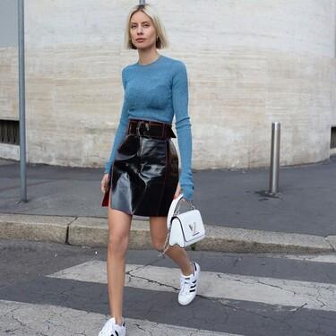 Cinco ideas de outfits para combinar las zapatillas Adidas Superstar