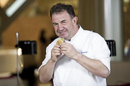 El chef con más estrellas Michelin de España, Martín Berasategui, comiéndose una hamburguesa.
