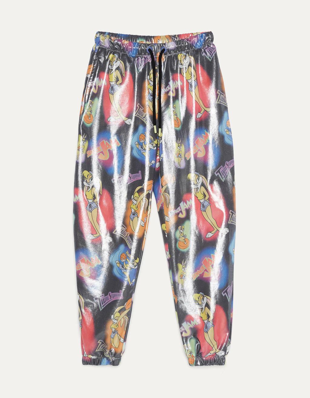 Pantalón jogger con cintura elástica ajustada por cordón y detalle de botones presión. Corte ligeramente fluido con goma en bajo.