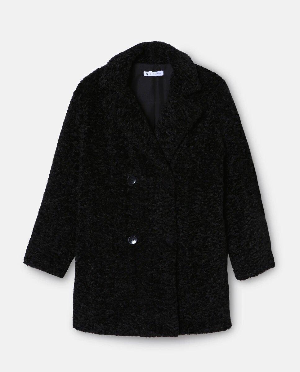 En color negro, por encima de la rodilla y con pelo tipo astracán. Este abrigo de la marca EASY WEAR es la definición de prenda básica con un twist, gracias a su botonadura cruzada, su suavidad y sus solapas. Además, gracias al servicio de logística de El Corte Inglés, puedes adquirirlo y recibirlo en tu hogar en el mismo día. ¡Compra y estrena!