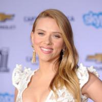 Scarlett Johansson presume de escote en su vuelta (embarazada) a la alfombra roja