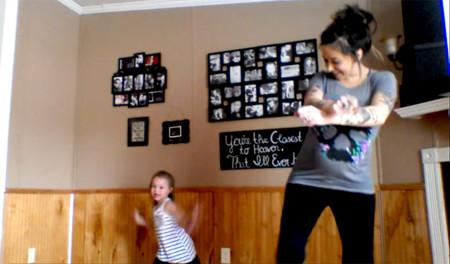 Una madre embarazada de 8 meses y su hija de 6 años arrasan en internet con su coreografía