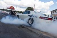Video: así quema llanta el Dodge Challenger Drag Pak 2015