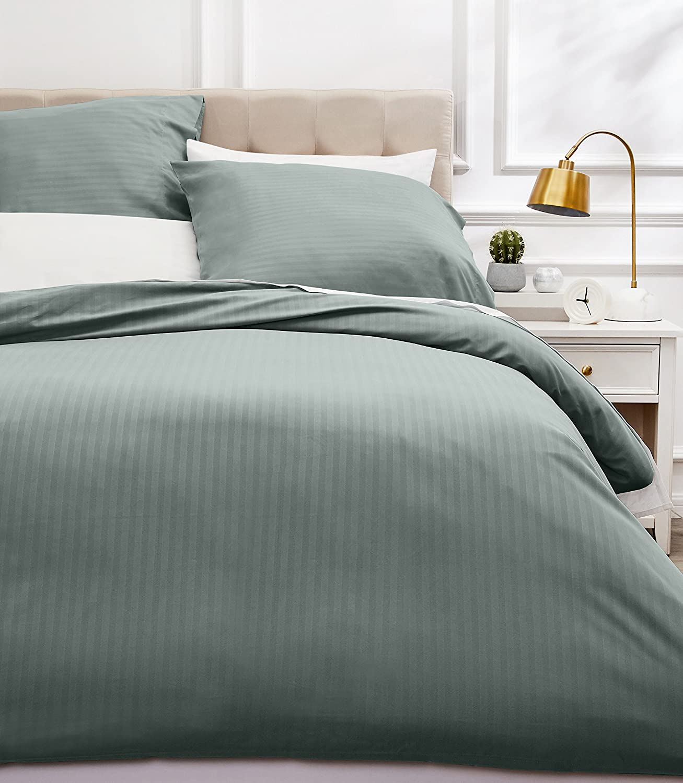 Amazon Basics - Juego de ropa de cama con funda nórdica de microfibra y 2 fundas de almohada - 260 x 220 cm, crema