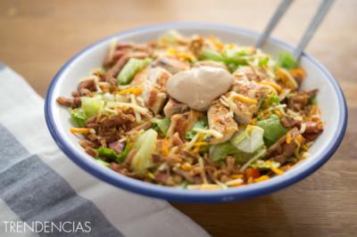 Receta de ensalada sureña con pollo, salsa barbacoa y cebolla frita