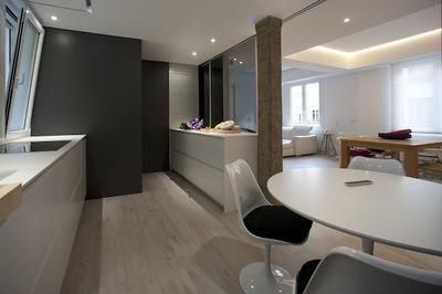 Contrastes de materiales para crear un ambiente acogedor en la cocina