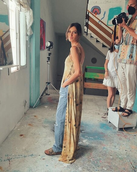 Sara Carbonero tiene la capacidad de combinar un vestido largo con unos vaqueros y seguir estando estupenda