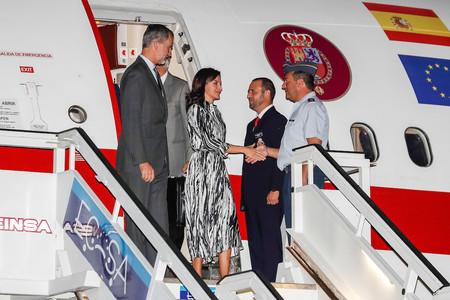 La Reina Letizia se decanta por un vestido camisero negro y blanco a su llegada a La Habana