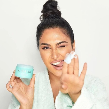 Huda Beauty sigue apostando por el de cuidado de la piel lanzando un limpiador facial de su marca Wishful ya disponible en Sephora