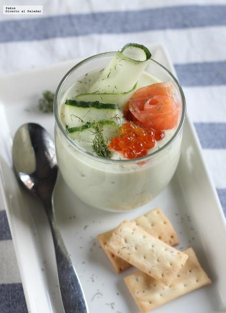 Crema fría de pepino y aguacate con salmón ahumado
