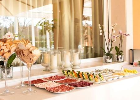 Una mesa buffet para reunirse y disfrutar del verano for Mesas puestas con estilo