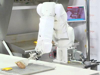 Flippy, el robot parrillero, finalmente ha sido contratado para preparar hamburguesas después de un año de pruebas
