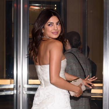 Priyanka Chopra celebra su pre-boda vistiéndose de novia con un impresionante look