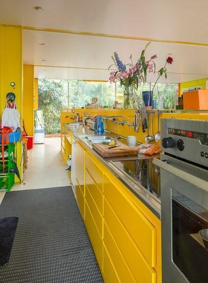 casa-multicolor-cocina-amarilla.jpg