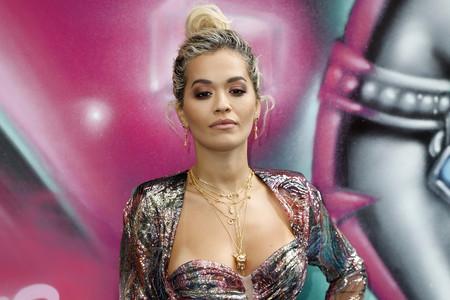 El vestido metalizado e iridiscente más explosivo con el que Rita Ora ha cautivado en Berlín
