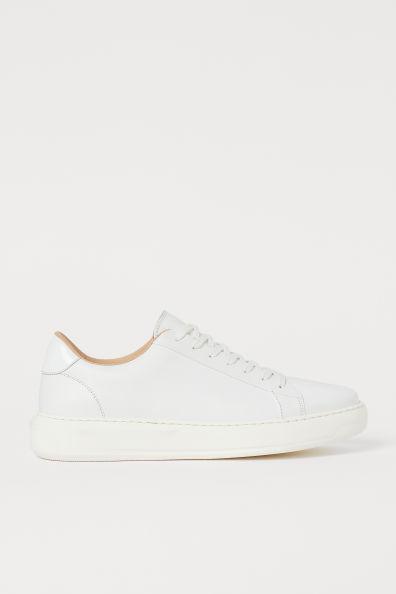 Zapatillas deportivas con borde acolchado y cordones delante. Forro y plantillas de piel. Suelas gruesas de goma.