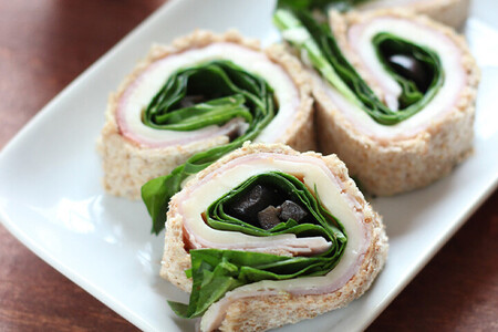 Rollitos de sándwich de jamón, espinacas y queso. Receta fácil y saludable para el lunch