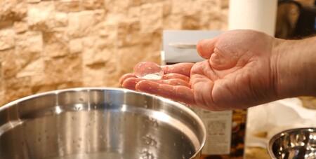 Líquida, gaseosa, sólida y... frita: así se hacen las (peligrosas) croquetas de agua de TikTok