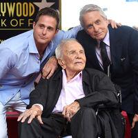 Kirk Douglas y la brecha de los 100 años: los famosos se van a morir cada vez más y más viejos