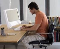Errores frecuentes en la postura al estar sentados analizados en dos imágenes.