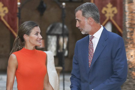 La Reina Doña Letizia, más guapa que nunca, sorprende con un colorido look en la Recepción de La Almudaina