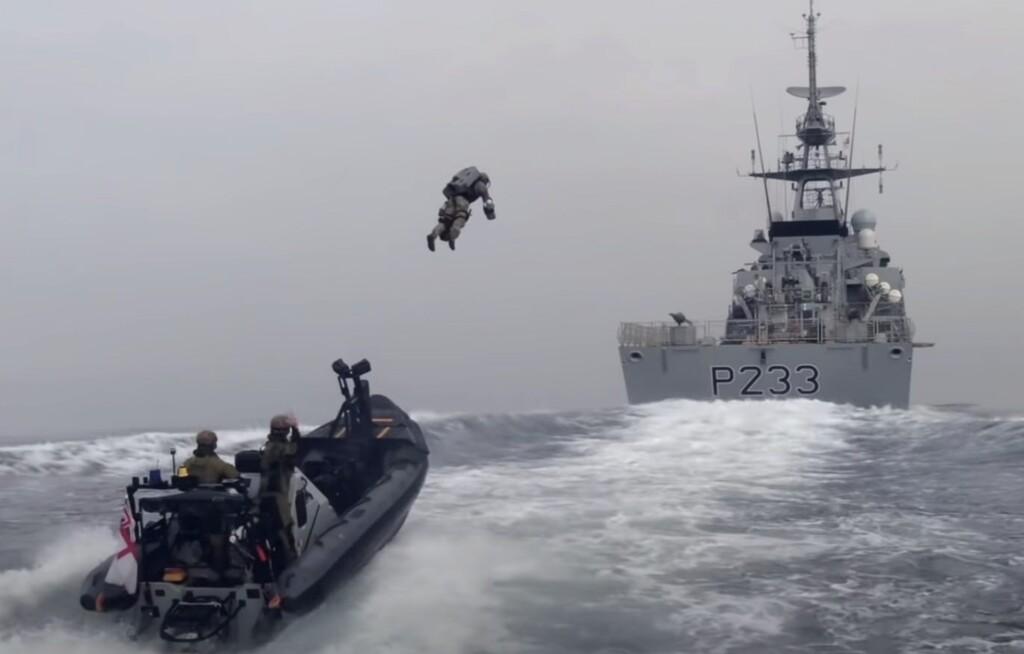 La Marina Real británica está prueba a utilizar jetpacks para abordar barcos y lidiar con piratas en alta mar