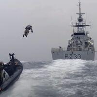 La Marina Real británica está probando el uso de jetpacks para abordar barcos y lidiar con piratas en alta mar