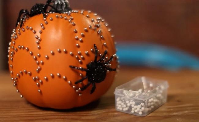 Hazlo t mismo en halloween decora calabazas con abalorios - Calabazas pintadas para halloween ...
