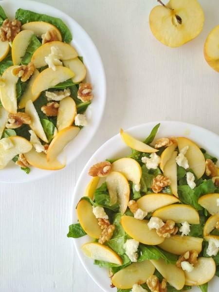 Ensalada de espinacas, manzana y queso de cabra