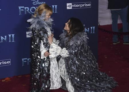 La imagen más tierna del día: Selena Gómez con su hermana pequeña en el estreno de Frozen 2 con looks idénticos