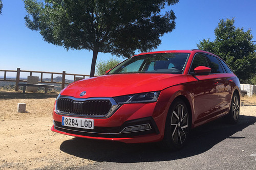 Probamos el nuevo Škoda Octavia: la berlina superventas sigue siendo igual de funcional y se convierte en un pequeño Superb