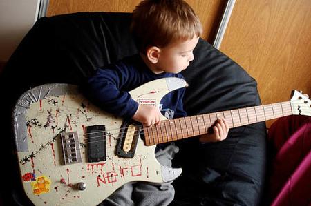 La foto de tu bebé: Mariano con la guitarra de su padre