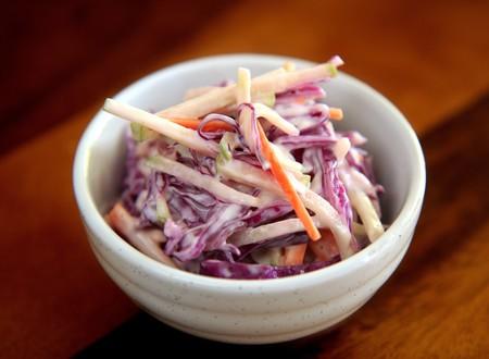 Ensalada de repollo dulce estilo americano, o coleslaw. Receta sencilla de guarnición