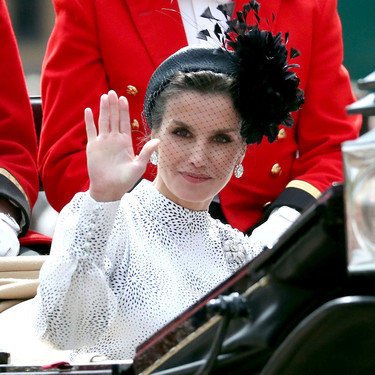 Doña Letizia nos convence mucho con su último peinado (y tocado) que queremos copiar en las bodas de verano