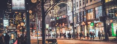 Por lo que sabemos del COVID-19, el peligro no está tanto en la gente de la calle viendo luces de navidad como en casi todo lo demás