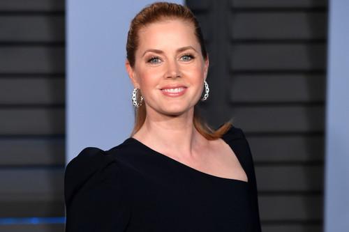 El asimétrico negro de Amy Adams la convierte en una de las más elegantes en la fiesta post Oscar de Vanity Fair