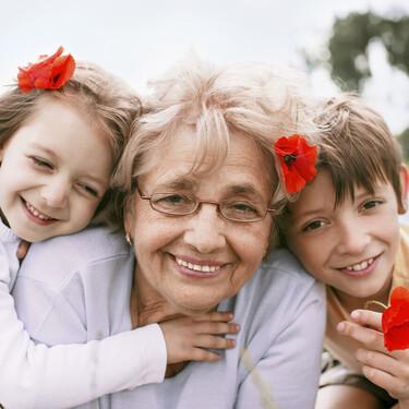 Estar con los abuelos, entre las tres cosas que más feliz hace a los niños españoles y una de las cosas que más echan de menos