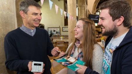 La Iglesia se hace contactless: los cepillos de la Iglesia de Inglaterra aceptarán Google Pay y Apple Pay