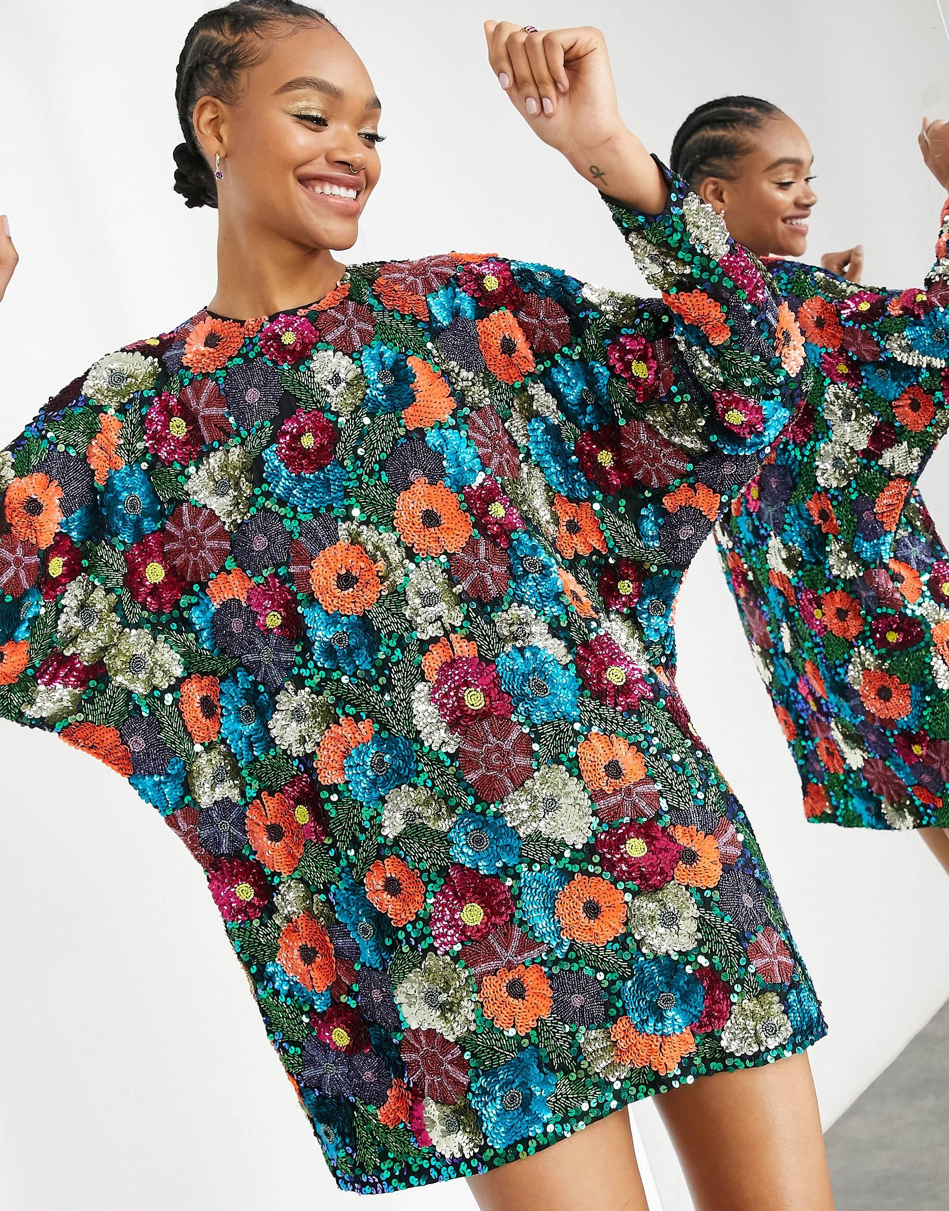 Vestido corto adornado con estampado de flores y manga abombada.