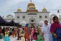 Comiendo en el templo sij de Delhi, en India