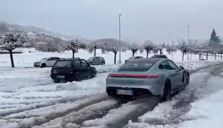Un modesto Fiat Panda 4x4 clásico y un poderoso Porsche Taycan se miden en este vídeo en un drag sobre nieve
