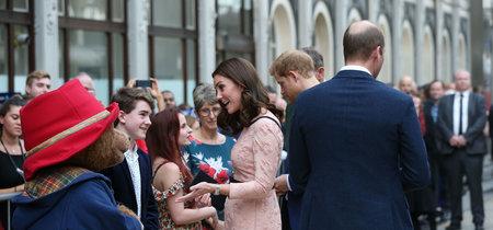 Kate Middleton no pierde el estilo ni para bailar con el mismísimo oso Paddington (por una buena causa)