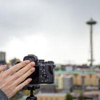 Sony tiene una estrategia para disparar sin tocar la cámara, sin disparador remoto y sin móvil